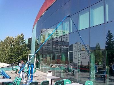 Stikliniu fasadu plovimas